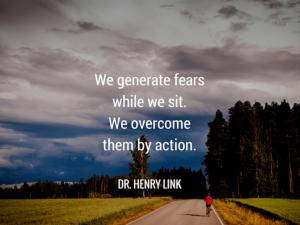 我们坐下时会产生恐惧。 我们通过行动克服它们。